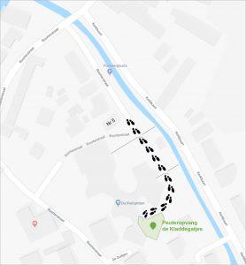 Routebeschrijving De hoofdpoort bevindt zich naarbij Buurterstraat 5. U loopt rechtdoor door de hoofdpoort en het hek, daarna slaat u rechts af tussen de lokalen door. De ingang van het peuterlokaal bevindt zich schuin links voor u. Parkeren Bezoekers zonder parkeervergunning worden verzocht te parkeren op het grote parkeerterrein bij de ingang van Marken. Via het fietspad en het kleine witte bruggetje aan de linkerkant, loopt u langs De Duikjes naar de Buurterstraat. Om Basisschool de Rietlanden heen, naar de hoofdingang.
